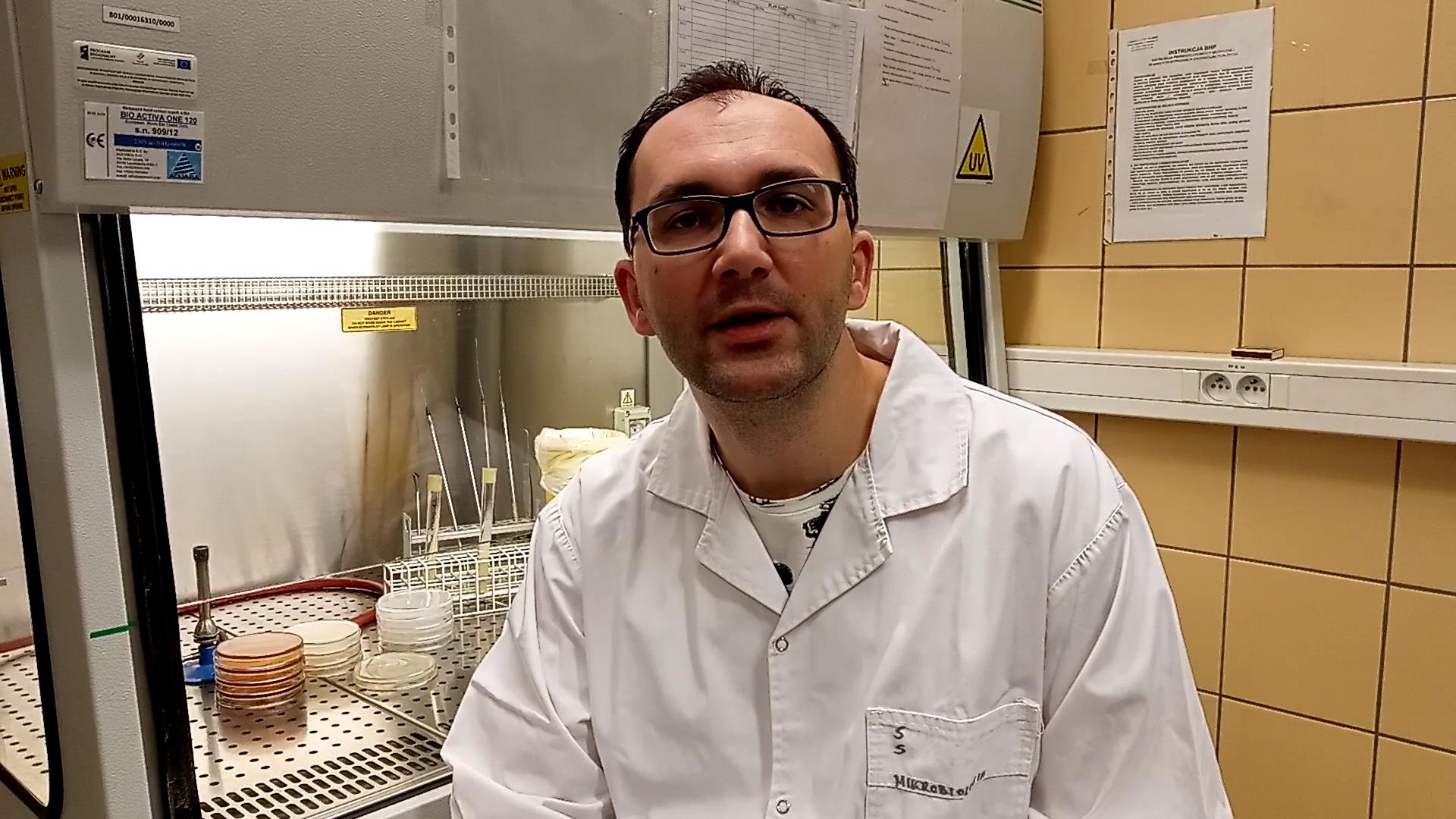 """""""Wirusy. Jak zabić coś, co wymyka się definicji organizmu żywego?""""-   Dr Sławomir Sułowicz, Wydział Nauk Przyrodniczych Uniwersytetu Śląskiego w Katowicach"""